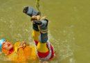 Un prestigiatore indiano è morto in un fiume durante un numero in cui si era fatto legare come faceva Houdini