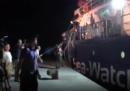 Il momento in cui la Sea Watch 3 attracca nel porto di Lampedusa