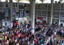 Almeno 5 persone sono morte nel deragliamento di un treno in Bangladesh
