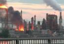 C'è un grosso incendio in una raffineria di petrolio a Filadelfia