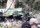 Almeno 44 persone sono morte in India perché un pullman è precipitato in un burrone