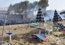 Le foto degli incendi sulla spiaggia di Catania