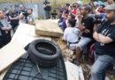A Primavalle, un quartiere di Roma, è in corso lo sgombero di un'ex scuola in cui vivono almeno 300 persone