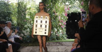 Le foto dell'alta moda di Parigi, che si fanno sempre notare