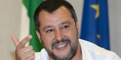 Salvini prova a parlare d'altro