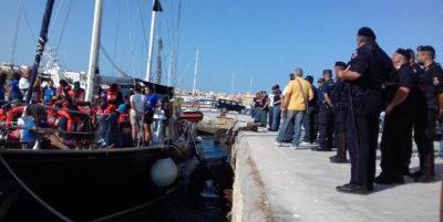 I migranti a bordo della Alex sono sbarcati