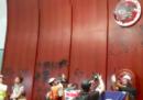 12 manifestanti sono stati arrestati per l'irruzione nel parlamento di Hong Kong