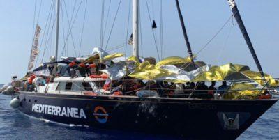 I migranti soccorsi da una barca a vela
