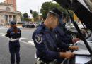 A Milano un agente e due impiegati della polizia municipale sono stati arrestati perché avrebbero accettato denaro per cancellare delle multe