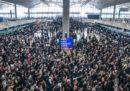 Tutti i voli in partenza dall'aeroporto internazionale di Hong Kong sono stati cancellati per le manifestazioni di protesta