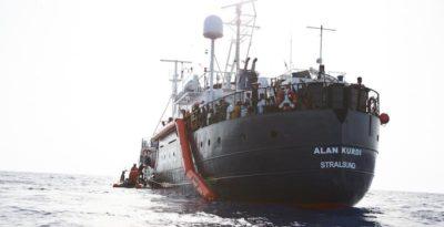 Migranti: applausi e urla sulla Alan Kurdi a notizia sbarco