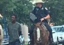 La criticata foto di un uomo nero in manette, legato a una corda e scortato da due poliziotti bianchi a cavallo