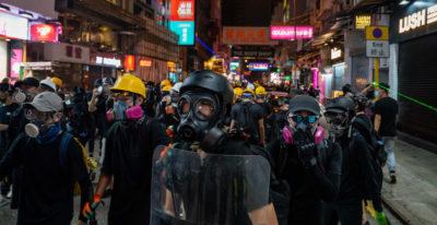 Hong Kong, i manifestanti invadono l'aeroporto. Cancellati tutti i voli