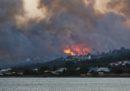 Centinaia di persone sono state evacuate dall'isola greca di Samo a causa degli incendi
