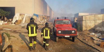 Una donna è morta nell'incendio di un capannone dove vivevano decine di migranti in provincia di Matera