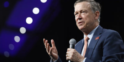 L'ex governatore del Colorado John Hickenlooper si è ritirato dalle primarie del Partito Democratico