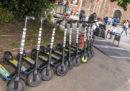 Il comune di Milano ha ordinato alle società che noleggiano monopattini elettrici di rimuoverli dalle strade