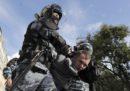 Il ministero dell'Interno russo indagherà su un poliziotto che ha dato un pugno a una manifestante durante una manifestazione a Mosca