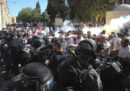 Ci sono scontri tra palestinesi e polizia israeliana fuori dalla moschea di al Aqsa, a Gerusalemme