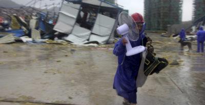 Cina le questioni di avviso per la forte tifone avvicinando costa