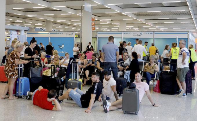 Turisti il cui volo è stato cancellato, all'aeroporto di Palma di Maiorca (Clara Margais/picture-alliance/dpa/AP Images)