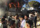 Almeno due persone sono morte in seguito a un incendio nel campo profughi di Moria sull'isola di Lesbo, in Grecia