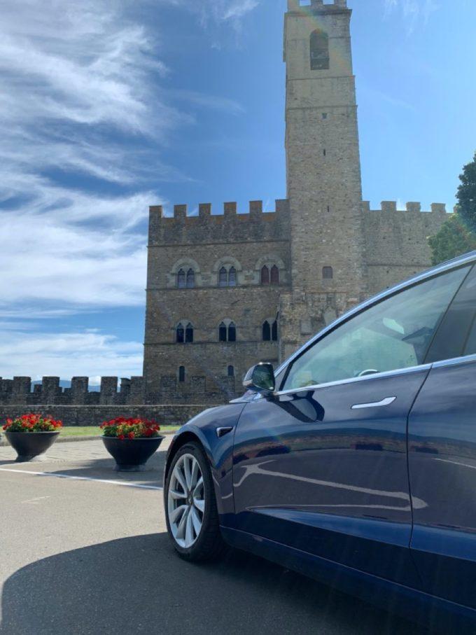 Tesla Model 3 Castello di Poppi (Foto © Antonio Dini)