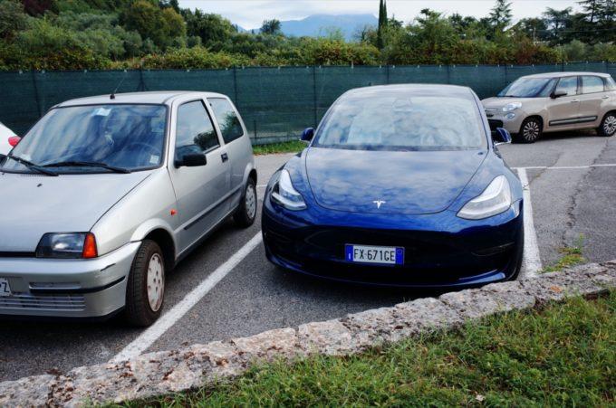 Tesla Model 3 al parcheggio (Foto © Antonio Dini)
