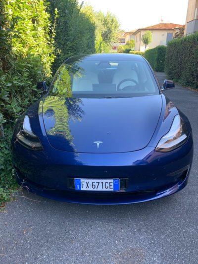 Tesla Model 3 blu oceano interni bianchi (Foto © Antonio Dini)