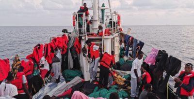 La nave Eleonore della ong tedesca Lifeline ha forzato il divieto di entrare in acque territoriali italiane