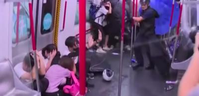 Il video dei manifestanti di Hong Kong picchiati dentro la metro