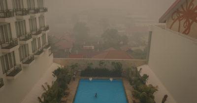 Le foto delle isole dell'Indonesia avvolte dal fumo