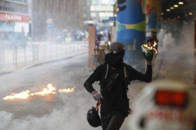 Anche oggi ci sono proteste e duri scontri a Hong Kong