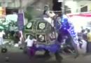 Un elefante si è imbizzarrito durante una processione religiosa a Kotte, in Sri Lanka, e ha ferito almeno 17 persone