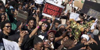 La protesta delle donne sudafricane contro il femminicidio