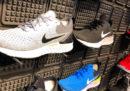 Le scarpe sono piene di plastica