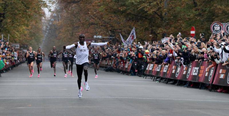 Eliud Kipchoge ha corso la maratona in meno di due ore