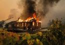 In California è stato ordinato a decine di migliaia di persone di lasciare le proprie case a causa degli incendi in corso