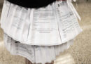 Una dottoranda ha discusso la tesi indossando una gonna fatta con lettere di rifiuto