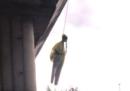 Un manichino con le sembianze di Greta Thunberg è stato trovato appeso sotto un ponte a Roma