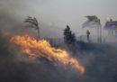 C'è un grosso incendio a nord di Los Angeles, le autorità hanno ordinato l'evacuazione di 23.000 case