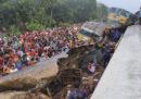 Almeno 15 persone sono morte nello scontro tra due treni in Bangladesh