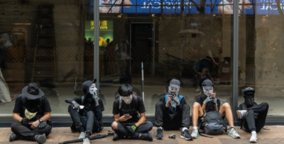 La Cina ha vietato le esportazioni di vestiti neri a Hong Kong