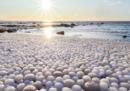 La spiaggia finlandese coperta di sfere di ghiaccio