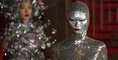 Fiocchi, cristalli e visi d'argento nella sfilata di Valentino