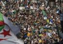 """Decine di migliaia di persone hanno manifestato ad Algeri, in Algeria, per chiedere una """"nuova rivoluzione"""""""