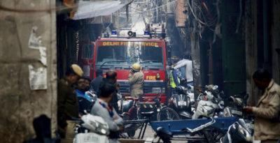 New Delhi, incendio in una fabbrica in centro: almeno 40 morti