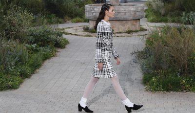 La sfilata in bianco e nero di Chanel