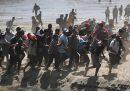Centinaia di migranti hanno attraversato un fiume tra Guatemala e Messico