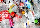 Le persone non rinunciano alle bottiglie di plastica, dice Coca-Cola
